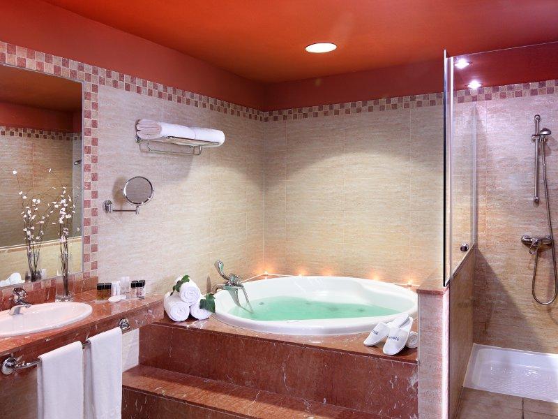 صور حمامات جاكوزي فخمة مودرن شيك للفلل والقصور (33)