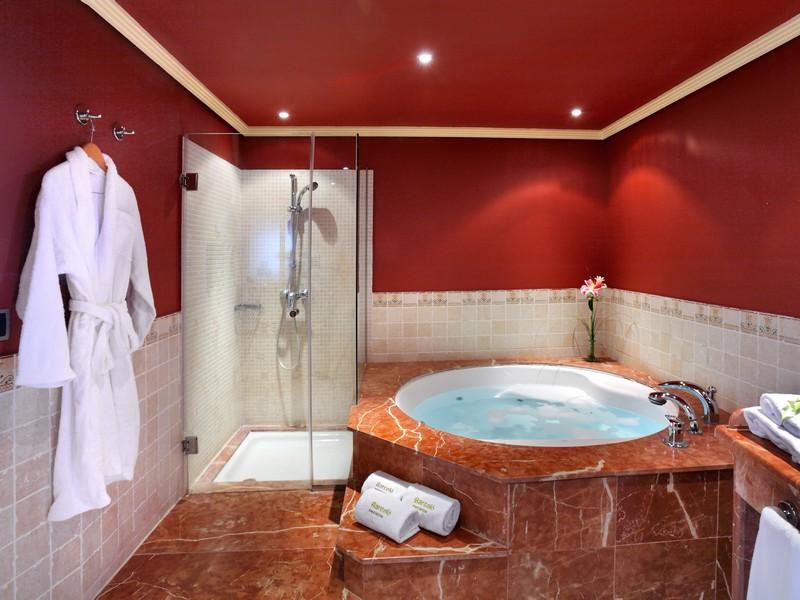 صور حمامات جاكوزي فخمة مودرن شيك للفلل والقصور (34)