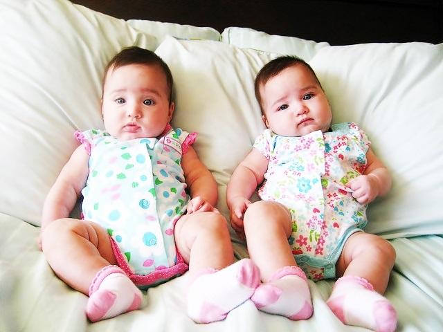 صور اطفال توائم جميلة كيوت خلفيات اطفال توأم HD (21)